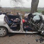 Tragiczny wypadek pod Kętrzynem. Pijany kierowca uderzył w drzewo, nie żyje pasażer samochodu