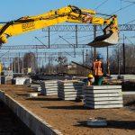 Remont linii kolejowej z Olsztyna do Działdowa. W modernizacji trasy pomaga specjalna maszyna