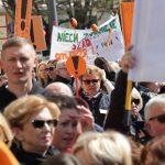 Manifestacja strajkujących nauczycieli przed olsztyńskim ratuszem. Z protestującymi spotkał się przewodniczący ZNP Sławomir Broniarz