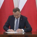"""Prezydent Andrzej Duda podpisał ustawę o świadczeniu """"Emerytura plus"""". Z programu skorzysta ponad 9,8 mln osób"""