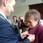 """Przeżyli razem ponad 50 lat. Dwanaście małżeństw z Ełku otrzymało medale """"Za długoletnie pożycie"""""""
