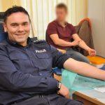 Przez 28 lat oddał ponad 50 litrów krwi. Policjant z Braniewa niesie pomoc nie tylko podczas służby