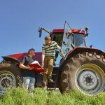 Rolnicy otrzymują pomoc w zwalczaniu skutków koronawirusa i suszy. Część już ją dostała, kolejni składają wnioski