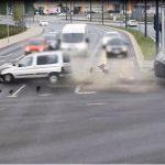 Zderzenie dwóch aut na ulicy Sikorskiego w Olsztynie. Jedna osoba trafiła w szpitala [VIDEO]