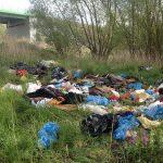 Nielegalne wysypiska śmieci w Elblągu. Sprzątać muszą wędkarze, mimo że to nie oni są sprawcami bałaganu