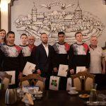 Młodzi olsztyńscy zapaśnicy z wizytą w ratuszu. Prezydent Piotr Grzymowicz gratulował sukcesów na olimpiadzie