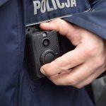 Elbląscy policjanci wyposażeni w specjalne kamery. Nowoczesny sprzęt pomoże podczas interwencji i zwiększy bezpieczeństwo
