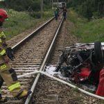 Groźny wypadek na przejeździe kolejowym w Pasłęku. Osobówka zderzyła się z pociągiem