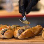 Zbyt małe porcje i przeterminowana żywność w barach i restauracjach. Zachowajmy czujność w wakacyjnych kurortach