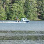 Strażacy zakończyli akcję na jeziorze Toczyłowo. Nad ranem na brzegu znaleziono buty i podkoszulkę w dziecięcym rozmiarze