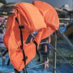 Silny wiatr i deszcz na mazurskich jeziorach. Ratownicy wodni apelują: zakładajmy kapoki, czasami sekundy decydują o przeżyciu