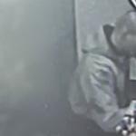Pobił przypadkowego mężczyznę przy ul. Grunwaldzkiej w Olsztynie. Policja publikuje wizerunek sprawcy [WIDEO]