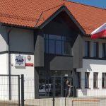 Nowoczesny komisariat w Korszach oddany do użytku. Placówka wyposażona jest m.in. w stację ładowania aut elektrycznych