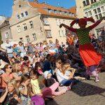 Aktorzy wyszli na place i zapraszają mieszkańców. Trwa Olsztyński Festiwal Teatrów Ulicznych
