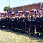 """""""Nocą uszczelnialiśmy przeciekające wały"""". Pod Braniewem kilkuset strażaków ćwiczyło akcję ratunkową podczas powodzi"""