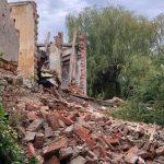 Zabytkowy dworek w Małdytach zniszczony. Sprawcy kradli cegły i łatali nimi dziury w drodze