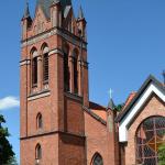 Rysunki i napisy na kościele w Olecku. Policja szuka wandala