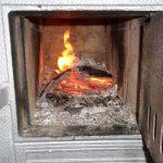Początek sezonu grzewczego i już pierwszy mandat. Straż Miejska w Elblągu ukarała mieszkańca za palenie odpadami