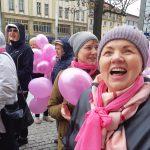 Kochają życie, dlatego namawiają do regularnych badań. Ulicami Olsztyna przeszedł Marsz Różowej Wstążeczki