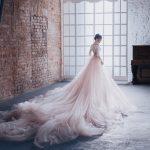 Ciekawe detale i zabawa kolorem – jesienne trendy w modzie ślubnej