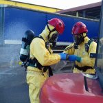 Podczas pożaru wysypiska śmieci koło Ełku wyciekła szkodliwa substancją, są ranni. Strażacy uspokajają – to tylko ćwiczenia