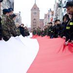 Młodzież, dzieci i harcerze nieśli 50-metrową flagę Polski podczas Marszu Niepodległości w Elblągu