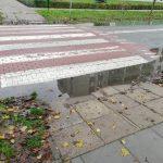 Zalane przejścia dla pieszych, kałuże i rozjeżdżona droga. Co dalej z ulicą Lotniczą w Elblągu?
