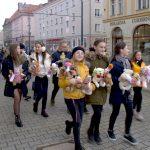 Najmłodsi mieszkańcy opanowali ulice Elbląga. Specjalne maskotki zwracają uwagę na problem przemocy wobec dzieci