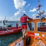 Wywrotki jachtów na Wielkich Jeziorach Mazurskich. Warunki do żeglowania są wymagające