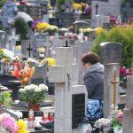 """""""Czcimy pamięć zmarłych tak jak każe tradycja"""". Na olsztyńskich cmentarzach jest znacznie spokojniej niż wczoraj"""