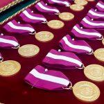 """""""Nauczanie to wyjątkowa misja"""". Kilkudziesięciu pedagogów odebrało awanse, medale i odznaczenia"""
