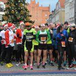 Ponad 200 Mikołajów wystartowało w Pierwszym Biegu Mikołajowym w Olsztynie. Zobacz, kto był najszybszy