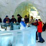 Jest zbudowany ze śniegu i lodu. Lodowy hotel przyciąga turtystów od 30 lat