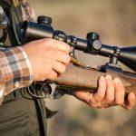 Wypadek podczas polowania. 75-latek został postrzelony