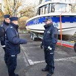 Nowe radiowozy i łódź motorowa na straży porządku w Elblągu. Policja otrzymała nowoczesny sprzęt