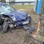 Ukradł tablice rejestracyjne i autem uderzył w drzewo. Funkcjonariusz po służbie zatrzymał 31-latka