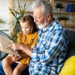 Miłość potrafią okazać na wiele sposobów. Z okazji swojego święta dziadkowie czytali wnuczkom
