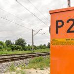 Mogą pomóc uratować życie. Specjalne naklejki umieszczone są na każdym przejeździe kolejowym w Polsce