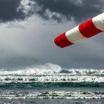 Porywy nawet do 80 km/h i zagrożenie cofką. Synoptycy ostrzegają przed silnym wiatrem