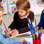 Porady psychologa: w co się bawić w domu z dzieckiem