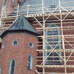Blachę zastąpi ceramiczna dachówka. Trwa remont największej świątyni w Ełku
