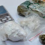 Ponad 140 g amfetaminy i prawie 11 g marihuany w hotelowym pokoju. Diler narkotyków trafił w ręce policji