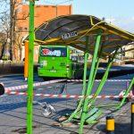 Zniszczył wiatę autobusową i uciekł. Policja ustaliła do kogo należy samochód, który staranował przystanek. Kto nim kierował?