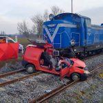 Tragedia na torach. Jedna osoba zginęła po zderzeniu samochodu osobowego z lokomotywą