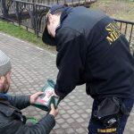 Mimo łagodnej zimy straż miejska nie zapomina o bezdomnych. Funkcjonariusze rozdają paczki żywnościowe