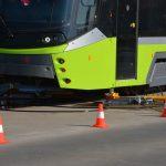 Zderzenie samochodu z tramwajem w Olsztynie. Kolizję spowodowała kobieta, która wjechała na czerwonym świetle