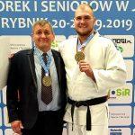 Olsztyński judoka nie przerywa zajęć. Ćwiczy, wnosząc tatę-trenera po schodach