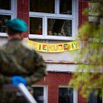 Paradowali przed oknami podopiecznych Domu Dziecka w Olsztynie. Żołnierze 16. Dywizji podarowali też maseczki, owoce i upominki