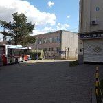 Wysłużony autobus stanął przed szpitalem MSWiA. Pełni rolę poczekalni