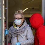 Niezasłanianie ust i nosa w sklepach czy autobusach to już plaga. Policja przypomina: niestosowanie się do zaleceń grozi grzywną